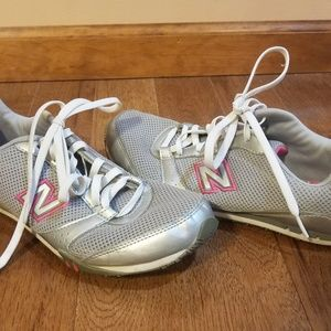Nice New Balance tennis shoes grey and pink 9 1/2